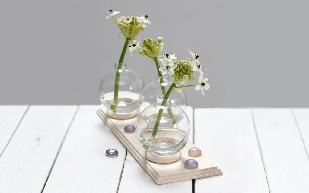 Bryllupspynt: Liten vase av glasskule stående på gardinring
