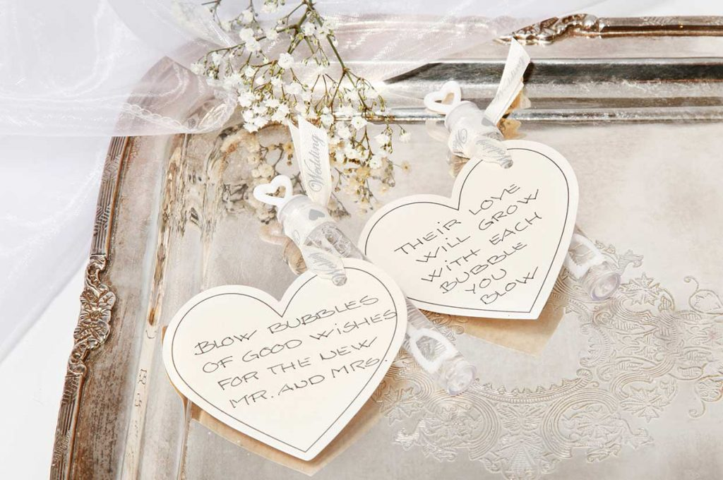 Bryllupspynt: Såpebobler i rør pyntet med kartonghjerte i bånd