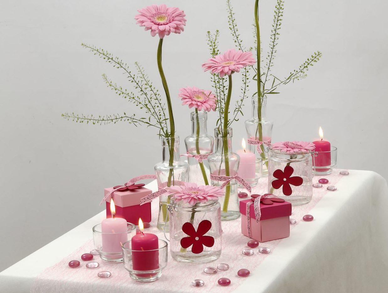 Konfirmasjon: Borddekning i hvit og rosa med blomster