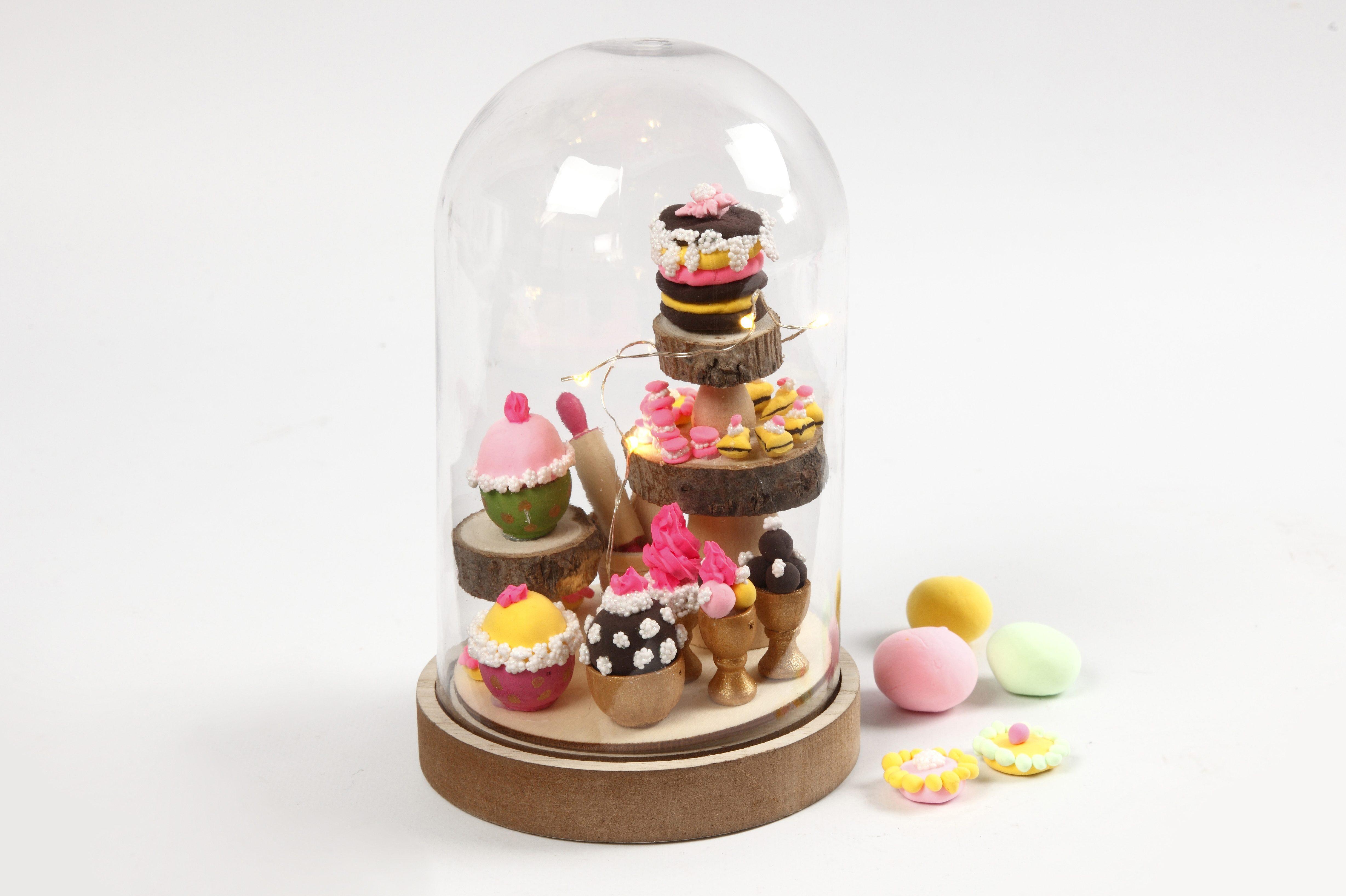 Miniatyrverden med mini cupcakes i glasskupler