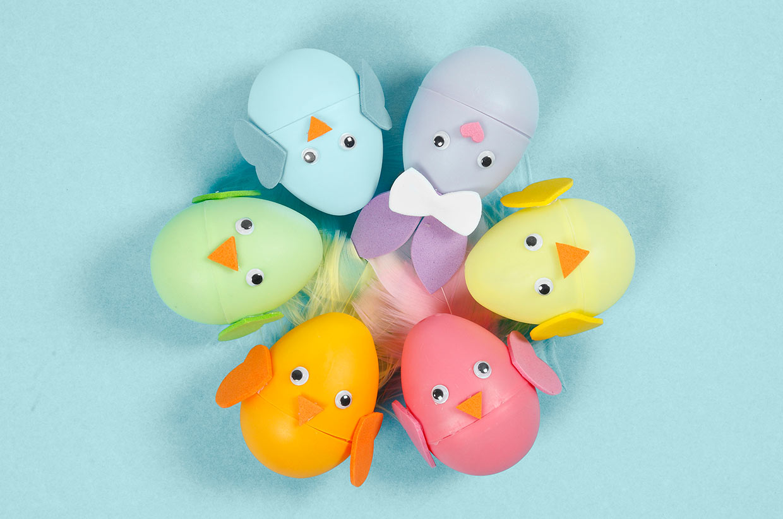 Påskeegg: Påskehare og kylling av fargede egg
